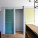 ふたりだけの特別なスペースの写真 緑と黄色の扉