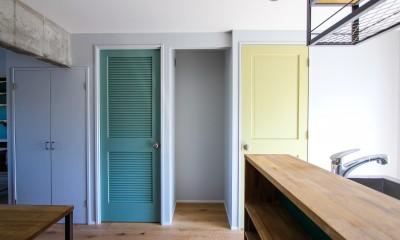 ふたりだけの特別なスペース (緑と黄色の扉)