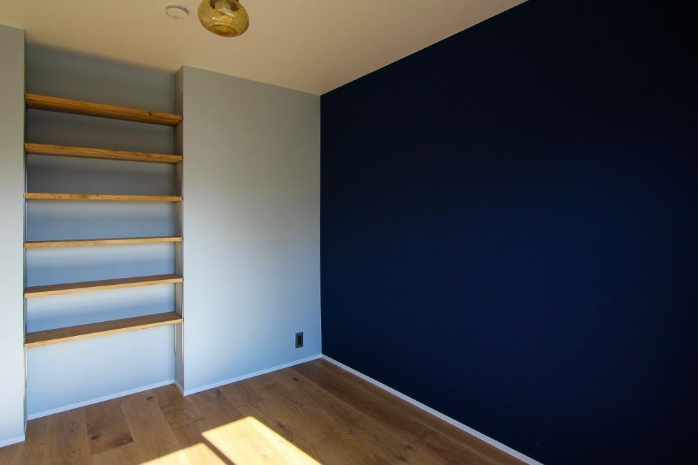 ふたりだけの特別なスペース (青い壁と可動棚のあるの個室)