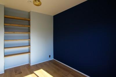 青い壁と可動棚のあるの個室 (ふたりだけの特別なスペース)