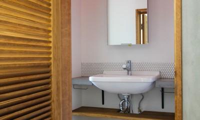 ふたりだけの特別なスペース (ルーバードアと洗面室)