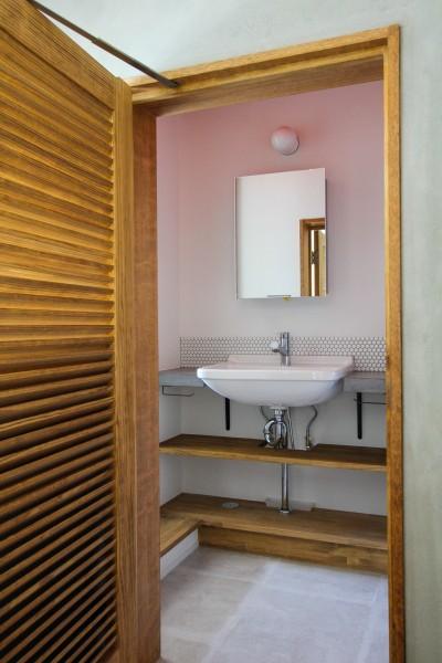 ルーバードアと洗面室 (ふたりだけの特別なスペース)