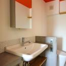 ふたりだけの特別なスペースの写真 オレンジ色の天井とコンクリート天板の洗面室