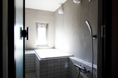 モルタル壁とタイルの浴室 (ふたりだけの特別なスペース)
