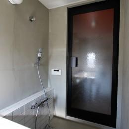 ふたりだけの特別なスペース (モルタル壁とタイルの浴室)