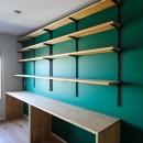 ふたりだけの特別なスペースの写真 グリーンの壁とカウンターデスクと可動棚