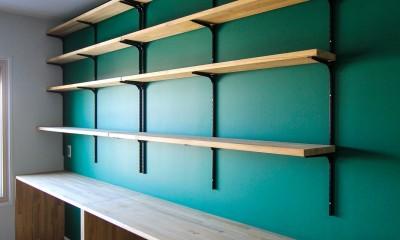 ふたりだけの特別なスペース (グリーンの壁とカウンターデスクと可動棚)