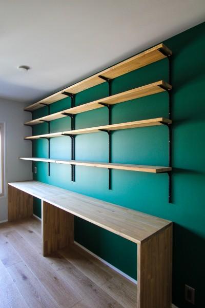 グリーンの壁とカウンターデスクと可動棚 (ふたりだけの特別なスペース)