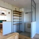ふたりだけの特別なスペースの写真 玄関の下足収納とスチール窓