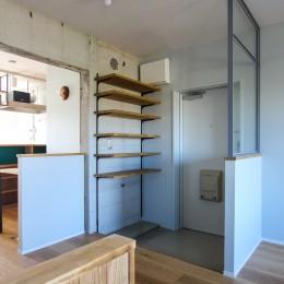 ふたりだけの特別なスペース (玄関の下足収納とスチール窓)
