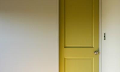 ふたりだけの特別なスペース (個室の黄色い扉)