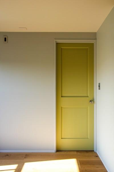 個室の黄色い扉 (ふたりだけの特別なスペース)