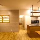 風の抜けるロフトのある家の写真 室内窓のあるリビングとキッチン