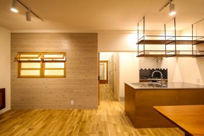 室内窓のあるリビングとキッチン (風の抜けるロフトのある家)