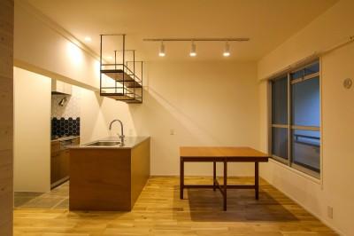 対面キッチンとダイニングテーブル (風の抜けるロフトのある家)