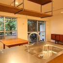 風の抜けるロフトのある家の写真 キッチンからのLDの眺め