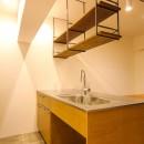 風の抜けるロフトのある家の写真 オリジナル造作のステンレス天板のキッチンと吊り戸棚