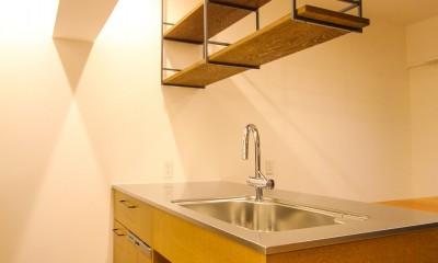 風の抜けるロフトのある家 (オリジナル造作のステンレス天板のキッチンと吊り戸棚)