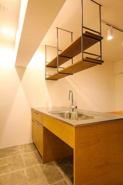 オリジナル造作のステンレス天板のキッチンと吊り戸棚 (風の抜けるロフトのある家)