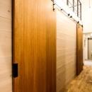 風の抜けるロフトのある家の写真 個室の引き戸