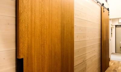 風の抜けるロフトのある家 (個室の引き戸)