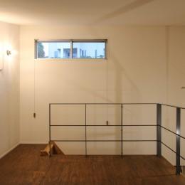 風の抜けるロフトのある家 (スチール製の手すりのあるロフトと間接照明)