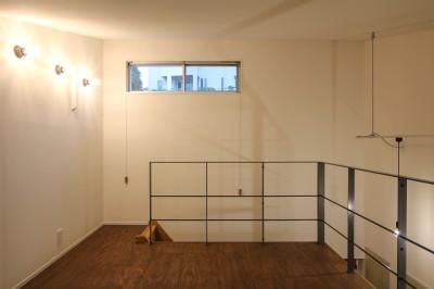 スチール製の手すりのあるロフトと間接照明 (風の抜けるロフトのある家)