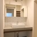 風の抜けるロフトのある家の写真 コンクリート天板とタイルの洗面カウンター