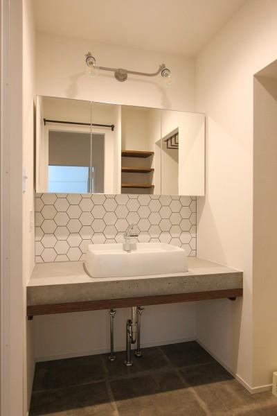 コンクリート天板とタイルの洗面カウンター (風の抜けるロフトのある家)