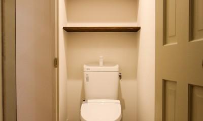 風の抜けるロフトのある家 (オープン棚のあるトイレ)