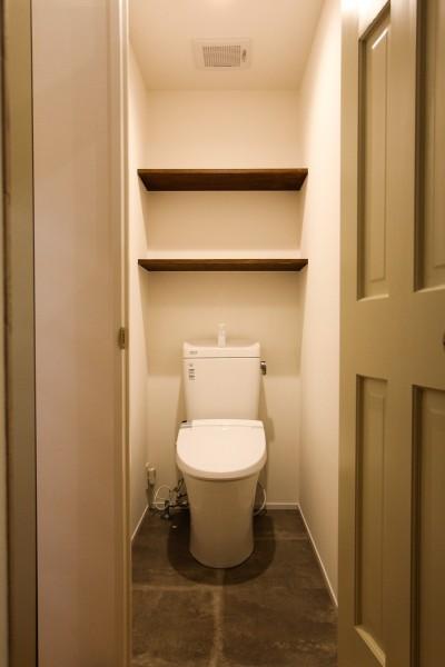 オープン棚のあるトイレ (風の抜けるロフトのある家)