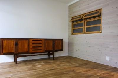 ビンテージ家具と室内窓のあるリビング (風の抜けるロフトのある家)