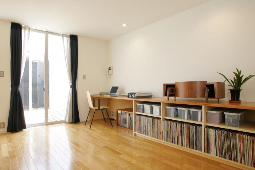 中庭とインナーバルコニーのある贅沢な家Aの写真 インナーバルコニーとつながる明るい書斎