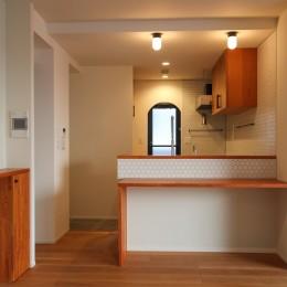 北欧ミッドセンチュリーの似合う家 (カウンターのあるキッチン)