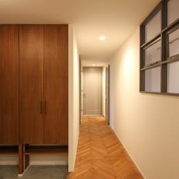 北欧ミッドセンチュリーの似合う家 (室内窓のある廊下とヘリンボーンフローリング)