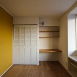 北欧ミッドセンチュリーの似合う家 (黄色い壁とデスクのある個室)