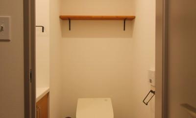 北欧ミッドセンチュリーの似合う家 (棚のあるトイレ)