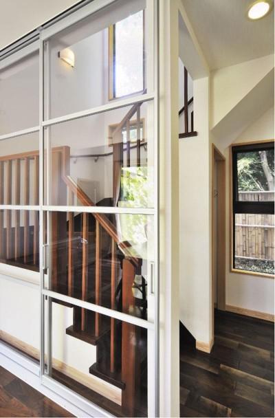 階段・廊下 (木立の中の光あふれるリビング)