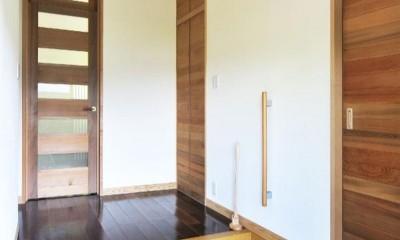 木立の中の光あふれるリビング (玄関)