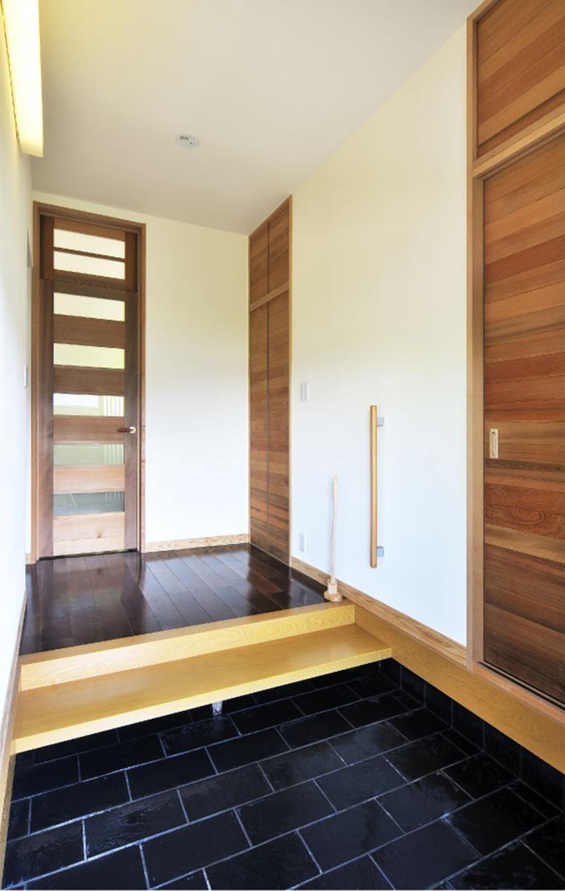 鎌倉 ~木立の中の光あふれるリビング~ (玄関)