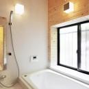 木立の中の光あふれるリビングの写真 浴室