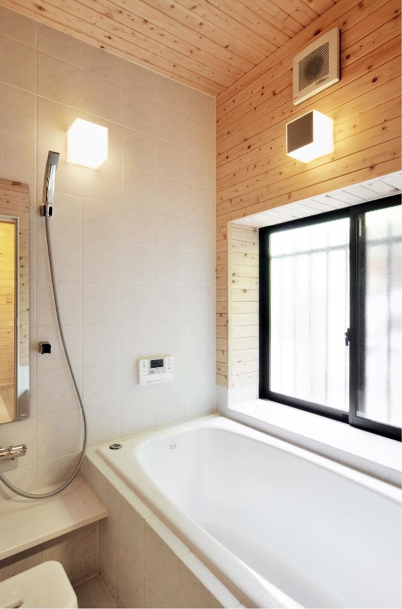 木立の中の光あふれるリビング (浴室)