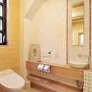 木立の中の光あふれるリビングの写真 トイレ