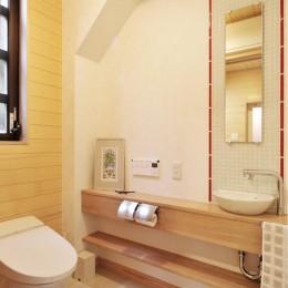 木立の中の光あふれるリビング (トイレ)