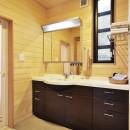 木立の中の光あふれるリビングの写真 洗面室
