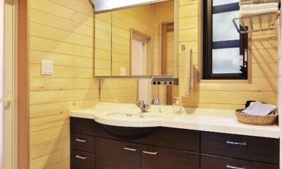 木立の中の光あふれるリビング (洗面室)