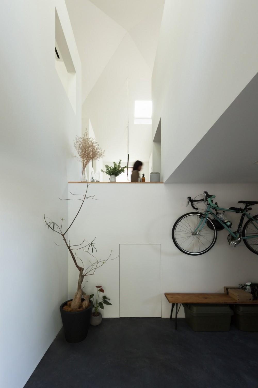 四つ角の家|家の中に4つの小さな家がある住宅【大阪府堺市】 (土間ガレージ。中2階の下には秘密基地が広がっている。)