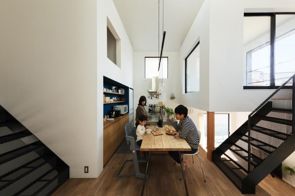 ダイニング。四つ角のコンパクトな距離感と大きな家の開放感。 (四つ角の家|家の中に4つの小さな家がある住宅【大阪府堺市】)