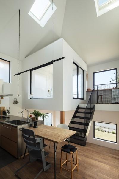 リビングの上はテラスを納めた小さな家。内と外を両義的に扱う。 (四つ角の家|家の中に4つの小さな家がある住宅【大阪府堺市】)