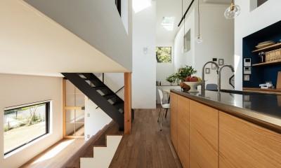 四つ角の家|家の中に4つの小さな家がある住宅【大阪府堺市】 (キッチンから四つ角を見返す。キッチン天板はステンレスバイブレーション仕上げ。扉はタモ突板。)